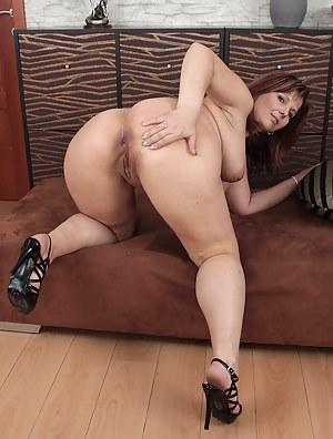 Chubby MILF Porn Pics