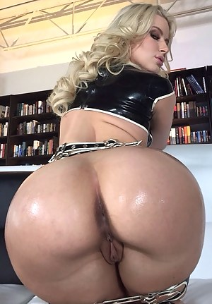 Bubble Butt MILF Porn Pics