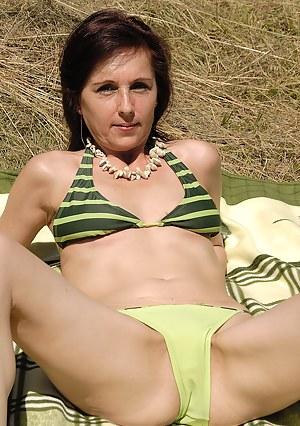 Bikini MILF Porn Pics